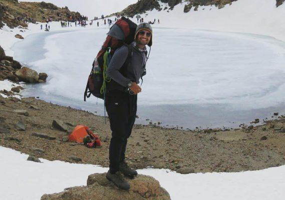 شایان رحیمی کوهنورد معلول مهابادی که از ناحیه دست چپ دارای معلولیت است برای اولین بار به قله سبلان صعود کرد.