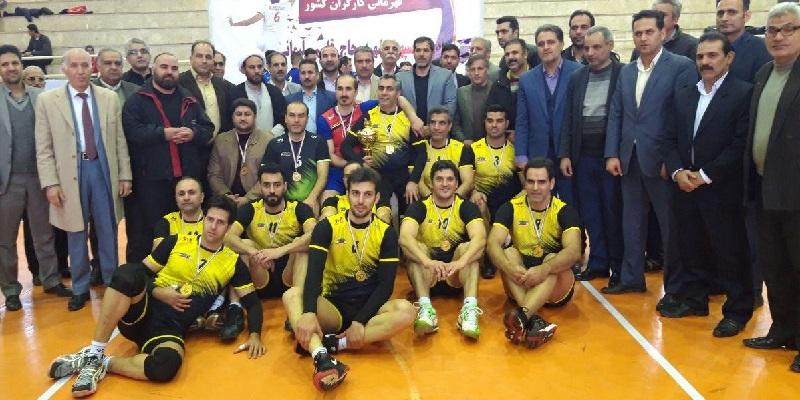 تیم های کرمانشاه و فارس در دیدار فینال رقابت های والیبال کارگران کشورحضور داشتند که در پایان کرمانشاه موفق شد با شکست حریف خود عنوان قهرمانی را کسب کند.