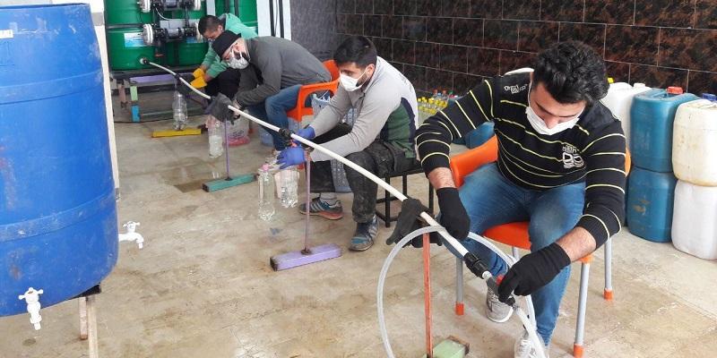 مجتمع ورزشی بهمن تحت هدایت خیر مهابادی با خرید 2 دستگاه تولید آب ژاول طبیعی به شهروندان مواد ضدعفونی کننده رایگان تحویل میدهد.