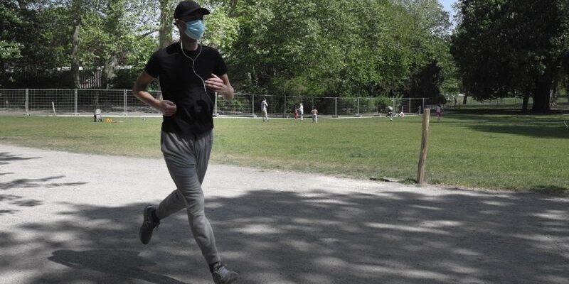 نایب رئیس هیات پزشکی ورزشی استان کرمانشاه بر استفاده ورزشکاران از ماسک به هنگام انجام تمرینات ورزشی تاکید کرد.
