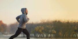 ورزش کردن در هوای سرد نیاز افراد را به کالری افزایش می دهد و در عین حال ممکن است به دلیل اشتباهات تغذیه ای منجر کمتر نوشیدن مایعات شود، دو مسئله ای که حتما باید مورد توجه ورزشکاران قرار گیرد. اما بهترین تغذیه ورزشی در هوای سرد چه مواردی را شامل می شود؟