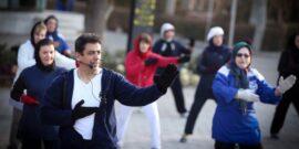 فعالیت ورزشی در هوای سرد، چالش هایی را برای ورزشکاران به همراه دارد. ورزشکارانی که در هوای سرد ورزش می کنند، باید به برخی ملاحظات در خصوص تغذیه ورزشی توجه داشته باشند تا بتواند عملکرد مناسبی داشته باشند. داشتن رژیم غذایی متعادل و تاکید بر مواد مغذی، نسبت به مصرف میان وعده ها و نوشیدنی های بسیار شیرین اهمیت دارد. توصیه می شود به جای استفاده از محصولات غذایی فرآوری شده، انواع میوه ها، سبزیجات، آجیل و مغزها، غلات سبوس دار، دانه ها، لبنیات و گوشت های کم چربی مصرف شود. مصرف پروتئین ها در هر وعده غذایی توصیه می شود.