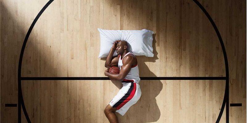 اختلال خواب در ورزشکاران یکی از مشکلات شایع محسوب می شود که می تواند عملکرد ورزشکار را تا حد قابل توجهی در روز بعد چه در زندگی روزمره، تمرین یا نتایج مسابقه تحت تاثیر قرار دهد چرا که یک فرد بالغ برای بازسازی انرژی های از دست رفته خود در طول روز، نیاز به دست کم ۸ ساعت خواب شبانه دارد. از علل شایع اختلال خواب در ورزشکاران می توان به استرس، اضطراب و عدم رعایت بهداشت خواب اشاره کرد. همچنین مسافرت نیز هم به جهت زمان بندی حرکت وسیله نقلیه و هم در مسافرت های دوردست (بروز پرواززدگی) می توانددر ورزشکار موجب اختلال خواب شود.