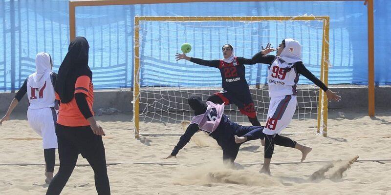 به گزارش یاریزان؛ مسابقات هندبال ساحلی قهرمانی بانوان ایران از امروز هفدهم اسفندماه لغایت نوزدهم اسفندماه به میزبانی بندرعباس برگزار خواهد شد. در نخستین دیدار از مسابقات هندبال ساحلی بانوان ایران، تیم کیش با گیم شماری 2-0 و با نتیجه 20-6 در نیمه اول و 17-1 در نیمه دوم تیم سیستان و بلوچستان را شکست داد. در دومین دیدار امروز تاسیسات دریایی با همین نتیجه یزد را از پیش رو برداشت. تاسیسات در نیمه اول 20-11 و در نیمه دوم 15 - 14 توانست با پیروزی در دو گیم برنده این دیدار شود.