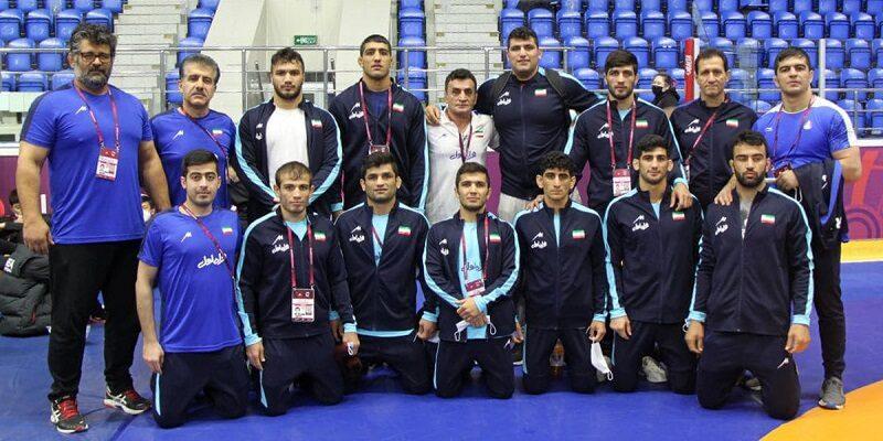به گزارش یاریزان؛ در روز نخست این مسابقات پژمان پشتام، ناصر علیزاده و علی اکبر یوسفی در اوزان 77، 87 و 130 کیلوگرم به مدال طلا، میثم دلخانی در وزن 63 کیلوگرم به مدال نقره و پویا دادمرز در وزن 55 کیلوگرم به مدال برنز دست یافتند. نتایج کشتی گیران ایران در رقابت های کشتی فرنگی قهرمانی آسیا به شرح زیر است: در وزن 55 کیلوگرم پویا دادمرز در دیدار نخست با توجه به سر وزن نرسیدن جین هیوک کیم از کره جنوبی به پیروزی رسید. وی در دور دوم با نتیجه 8 بر صفر داواباندی مونخ اردن از مغولستان را مغلوب کرد و به مرحله نیمه نهایی راه یافت. دادمرز در این مرحله مقابل الهام بهرام اف قهرمان آسیا از ازبکستان با نتیجه 3 بر یک مغلوب و راهی دیدار رده بندی شد. حریف وی در این دیدار اسلام جان عزیزاف از تاجیکستان را با نتیجه 9 بر صفر شکست داد و صاحب مدال برنز شد.