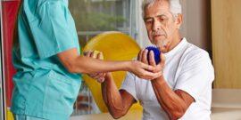پارکینسون نوعی بیماری است که بیشتر در افراد سالخورده دیده میشود، اما ممکن است جوانترها را هم درگیر کند. علت این بیماری تخریب تدریجی سلولهای عصبی در بخشهایی از مغز میانی است که کنترلکننده حرکات بدن هستند. افرد مبتلا به پارکینسون در بعضی نقاط از بدن مانند دست، سر و… دچار لرزش میشوند و نمیتوانند کنترلی بر روی این لرزشها داشته باشند. یافته های جدید بیانگر آن است که ورزش کردن برای کمک به حفظ تعادل و تحرک بهتر در افراد مبتلا به پارکینسون بسیار مفید است. دبیر هیئت پزشکی ورزشی استان اصفهان در خصوص نقش ورزش در افراد مبتلا به پارکینسون در گفت و گو با خبرگزاری ایسناگفت: پارکینسون نوعی بیماری عصبی است که در حالت پیشرفته می تواند اختلالاتی مثل حس عدم تعادل، وضعیت ناپایدار در ایستادن ثابت و یا حتی راه رفتن فرد ایجاد کند، اما غالبا ما آن را در لرزها مشاهده می کنیم و این تفکر را در فرد و اطرافیان ایجاد می کند که فرد ممکن است تعادل خود را از دست داده و سرنگون شود.