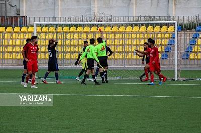 به گزارش یاریزان؛ در گروه دوم از مرحله دوم مسابقات لیگ دسته سوم فوتبال ایران تقابل دو تیم کانیاو اشنویه و بعثت کرمانشاه در هفته ششم این رقابت ها روز سهشنبه در استادیوم آزادی مهاباد برگزار شد. از ابتدای این دیدار هر دوتیم برای کسب سه امتیاز وارد میدان شده بودند و بارها با خلق موقعیت بر روی دروازه یکدیگر فوتبالی جذاب و تماشایی را به نمایش گذاشتند. اما کانیاو اشنویه با استفاده حداکثری از موقعیت ها توانست در دقیقه 35 اولین گل این دیدار را بثمر برساند. گل دوم این تیم هم در دقیقه 72 بثمر رسید تا بعثتی ها فشار را بروی دروازه تیم میزبان به حداکثر برسانند. تا اینکه در دقیقه 80 دروازه بان تیم کانیاو اشنویه با انجام خطا روی مهاجم حریف باعث شد تک گل تیم بعثت از روی نقطه پنالتی بثمر برسد. این صحنه که با چاشنی درگیری دو بازیکن همراه بود در نهایت باعث اخراج دروازه بان کانیاو و مهاجم بعثت شد تا بازی برای دقایقی متوقف شود.