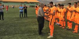 به گزارش یاریزان؛ در دیدار فینال لیگ برتر فوتبال جوانان استان کردستان، تیم های شایان بانه و آکادمی ذوالفقارنسب سنندج در ورزشگاه شهید صفری بانه به مصاف هم رفتند. تلاش دو تیم در پایان وقت قانونی این بازی منجر به خلق نتیجه تساوی 1 بر 1 شد. در ضربات پنالتی نارنجی پوشان آکادمی ذوالفقارنسب سنندج موفق شدند با نتیجه 4 بر 3 به پیروزی برسند و قهرمان فصل ۱۴۰۰-۱۳۹۹ لیگ برتر جوانان استان کردستان لقب گیرند. تیم های شایان بانه، نوروز سقز، ستارگان مریوان و آکادمی ذوالفقارنسب سنندج موفق به راهیابی به مرحله نیمه نهایی لیگ برتر فوتبال جوانان استان کردستان شده بودند. نتایج مرحله نیمه نهایی لیگ برتر فوتبال جوانان استان کردستان به شرح زیر است: