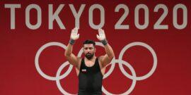 به گزارش یاریزان؛ علی هاشمی پس از اوت کردن در المپیک درباره این رقابت ها گفت: وزنه که روی سینه ام بود، نمی دانستم دارم چه کار می کنم. در حرکت آخر عضله چهار سرم کش آمد. تمام زورم را زدم اما نشد. هاشمی در پاسخ به این سوال که انتخاب وزنهها برایش سنگین نبود و آیا نمی شد با وزنه های پایین تر شروع کرد تا در جدول بماند، گفت: در المپیک ریو هفتم شدم. اگر با ۲۲۲ شروع می کردم و باز هفتم می شدم، چطور؟ اینجا اگر همین وزنه ۲۲۶ را مهار کرده بودم، مدال بود. اگر وزنه پایین تر انتخاب می کردم، شاید بدنم سرد می شد. به نظر خودم شرایط بدن با من یار نبود. از هاشمی سوال کردیم که آیا دیر اضافه شدن شما به کاروان المپیک یکی از دلایل این ناکامی بود که عنوان کرد: بیست روز قبل از المپیک تاندون پایم کش آمده بود. عضله ام پاره شده بود و اصلا به دلیل همین مصدومیت به قهرمانی آسیایی نرفتم. از ۲۳ فروردین همه چیز تازه برای من شروع شد. وی افزود: برای المپیک فقط سه ماه تمرین کردم. اگر سه هفته بیشتر تمرین می کردم، اوضاع فرق می کرد. فکر می کنم قسمت من این است که در المپیک مدال نگیرم. علی هاشمی با بیان اینکه احتمالا این آخرین المپیکش در دوران حرفهای وزنه برداری بود، اظهار داشت: هنوز المپیک ریو را که در آن هفتم شدم، هضم نکرده ام. حالا اینجا را نمی دانم چه کار کنم. گفتم شاید قسمتم نیست. احتمالا این آخرین المپیکی بود که در آن شرکت می کردم.