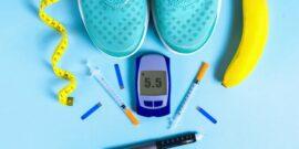 ویروس کرونا تاثیری زیادی روی زندگی مردم داشته است از طرفی این سوال برای ورزشکاران مبتلا به دیابت پیش می آید که در این دوران شیوه تغذیه و فعالیت بدنی آنها باید چگونه باشد. در مطلبی کوتاه، کارشناس علوم تغذیه به تحلیل این سوال خواهد پرداخت. شواهد کافی برای این که افراد مبتلا به دیابت به احتمال بیشتری به کووید-۱۹ مبتلا می شوند یا خیر وجود ندارد. با این وجود افراد دیابتی در صورت ابتلا به ویروس کرونا، ممکن است با مشکلات جدی تری مواجه شوند و علائم شدید تری از خود نشان دهند. احتمال بروز مشکلات جدی در صورت دیابت کنترل شده، کمتر است. ابتلا به بیماری های دیگر مانند بیماری های قلبی در کنار دیابت، می تواند باعث تشدید مشکلات ناشی از کرونا شود. عفونت هایی مانند ویروس کرونا باعث افزایش التهاب در افراد مبتلا به دیابت می شود. از طرفی دیگر، بسیاری از افراد مبتلا به دیابت، از ورزش کردن هراس دارند، زیرا می ترسند دچار افت قند خون شوند. اما با احتیاط و داشتن تغذیه سالم می توان با موفقیت فعالیت ورزشی انجام داد. مهم ترین نکته این است که از علائم و نشانه های افت قند خون آگاه باشید. ضعف، خستگی، لرز، سردرد، گیجی، گرسنگی و اختلالات بینایی از علائم افت قند خون هستند. سعی کنید علائم را بشناسید و برای آن آماده باشید. در ادامه، چند نکته و راهکار تغذیه ای برای کمک به کنترل قند خون و داشتن عملکرد ورزشی ارائه شده است: قبل از انجام فعالیت ورزشی، قند خون خود را اندازه بگیرید. در صورتی که قند خون کمتر از ۷۰ میلی گرم در دسی لیتر بود، فعالیت ورزشی نکنید و ابتدا میان وعده میل کنید. در صورتی که قند خون بالای ۳۰۰ میلی گرم در دسی لیتر بود، فعالیت ورزشی نکنید و وجود کتون ها را در ادرار بررسی کنید. در صورتی که قند خون بالاتر از ۲۴۰ میلی گرم در دسی لیتر باشد، کتون ها در ادرار افزایش می یابد، بنابراین در صورتی که در ادرار کتون وجود داشت، ورزش نکنید. مصرف وعده ها و میان وعده ها بر پایه کربوهیدرات ها ۳-۱ ساعت پیش از ورزش، توصیه می شود. همیشه منابع غذایی حاوی کربوهیدرات مانند آبنبات شیشه ای، میوه خشک مثل کشمش، میوه های تازه یا چوب شور، همراه خود داشته باشید. در صورتی که انسولین دریافت می کنید، برای تنظیم دوز مناسب با پزشک خود مشورت کنید. در بسیاری از موارد، مصرف میان وعده ها پیش از ورزش می تواند کمک کننده باشد.