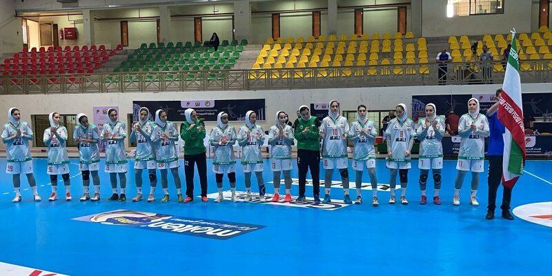 نخستین پیروزی تیم ملی هندبال بانوان ایران در راه تحقق یک رویا در رقابت های قهرمانی زنان آسیا مقابل تیم ملی کویت ثبت شد. به گزارش یاریزان؛ هندبالیست های تیم ملی کشورمان امروز در دومین دیدار خود در هجدهمین دوره هندبال قهرمانی زنان آسیا موفق شدند با پیروزی قاطع مقابل کویت، دو امتیاز حساس این بازی را از آن خود کنند. ملی پوشان کشورمان امروز از ساعت 16:30 دقیقه به وقت تهران در دومین مسابقه خود در ورزشگاه پرنسس شهر امان کشور اردن به مصاف تیم ملی کویت رفتند و در پایان موفق شدند با نتیجه یکطرفه و قاطع 38 بر 11 حریف را شکست دهند. این بازی از همان ابتدا با بازی تماشایی ملی پوشان همراه بود تا جائیکه نیمه نخست این دیدار 5- 21 به سود ایران به پایان رسید. همین روند در نیمه دوم نیز ادامه یافت هر چند که مریم یوسفی در دقیقه ۱۴ با انجام سومین خطا با کارت قرمز از زمین مسابقه اخراج شد اما در پایان تیم ملی هندبال بانوان کشورمان با 27 امتیاز اختلاف و نتیجه 11 - 38 توانست نخستین پیروزی خود را در اردن ثبت کند. ملی پوشان فردا استراحت می کنند و روز شنبه به مصاف فلسطین خواهند رفت. پیش از این مسابقه دو بازی دیگر نیز برگزار شد که قزاقستان با نتیجه نزدیک 31 بر 29 هنگ کنگ را شکست داد و کره جنوبی با قضاوت کوبل داوری ایران از استان اصفهان متشکل از عاطفه مظفری و فرناز مظاهری در یک بازی یکطرفه 9-31 سنگاپور را در هم کوبید. گفتنی است هجدهمین دوره رقابت های هندبال قهرمانی زنان آسیا تا سوم مهر به میزبانی اردن برگزار می شود.