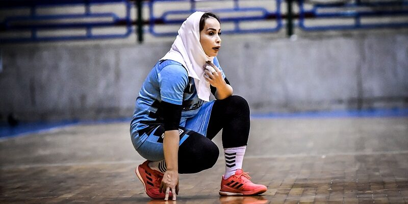 شقایق باپیری نخستین لژیونر هندبال بانوان ایران گفت: از اولین اردوی آماده سازی هم قسم شدیم سهمیه رقابت های جهانی را بگیریم و خوشحالم این اتفاق شدنی شد. به گزارش یاریزان؛ شقایق باپیری، عضو تیم ملی هندبال بانوان و نخستین لژیونر هندبال زنان ایران پس از کسب پیروزی برابر سوریه و راهیابی به جمع چهار تیم برتر رقابت های قهرمانی هندبال زنان اسیا و جواز حضور در رقابت های جهانی گفت: با وجود مشکلاتی که برای تیم پیش آمد و عدم حضور کادرفنی روی نیمکت کادرفنی، ولی توانستیم خیلی خوب کار کنیم. ملی پوش سنندجی افزود: از اولین اردوی آماده سازی هم قسم شدیم سهمیه رقابت های جهانی را بگیریم و بازیکنان در تمام لحظات مسابقات این دوره یکدل و همدل بودند. اینقدر خوشحالم که نمی توانم حسم را بگویم! خوشحالم از اینکه بزرگترین موفقیت تاریخ ورزش بانوان در رشته های توپی را در هندبال رقم زدیم. باپیری درباره بازی با سوریه هم اضافه کرد: تیم سوریه برای برنده شدن به زمین مسابقه آمد ولی اجازه پیشروی به این تیم ندادیم و این تیم هر کاری کرد به در بسته خورد. نخستین لژیونر هندبال کشورمان درخصوص بازی با تیم کره جنوبی در مرحله نیمه نهایی رقابت های هندبال آسیا نیز گفت: کره یه تیم سرعتی و تیمی بدون نقص وبه نظر من بهترین تیم این دوره از بازی هاست ولی ما تمام تلاش خود را می کنیم بدون اشتباه بازی کنیم.