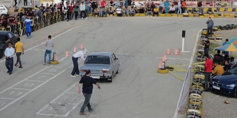 به گزارش یاریزان؛ مسابقات اتومبیلرانی تایم تریل شمال غرب ایران در رده دستجات آزاد آقایان و بانوان در ۴ کلاس، ١۵٠٠- استاندارد، ١۵٠٠+ استاندارد، کلاس آزاد و کلاس اختصاصی بانوان به مناسبت هفته ناجا و هفته تربیت بدنی برگزار شد. در این مسابقات ٧٠ شرکت کننده از استان های آذربایجان غربی، آذربایجان شرقی و کردستان در پیست کارتینگ دهکده ساحلی چی چیست با یکدیگر به رقابت پرداختند و در پایان از نفرات برتر با اهدا حکم و کاپ قهرمانی تجلیل گردید. نفرات برتر مسابقات اتومبیلرانی تایم تریل شمال غرب ایران به شرح زیر معرفی شدند: کلاس ١۵٠٠- سی سی مهدی بهرامی از ارومیه سینا آریانی از تبریز معین حسن زاده از شاهین دژ کلاس ١۵٠٠+ سی سی پویا تقی زاده از ارومیه سهیل محمدیان از شاهین دژ سعید اکبری از ارومیه کلاس آزاد مهدی دادگر از ارومیه سعید چراغی از ارومیه امیر رحمانی از ارومیه کلاس بانوان الهام مختاری از ارومیه طوبی شرفی از ارومیه معصومه صالحی از تبریز