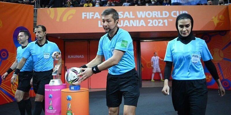 به گزارش یاریزان و به نقل از پایگاه خبری ۲٠۲٠، فینال جام جهانی فوتسال بین تیم های ملی آرژانتین و پرتغال در کشور لیتوانی برگزار شد که مهم ترین اتفاق این دیدار برای ایرانی ها، انتخاب گلاره ناظمی به عنوان داور وقت نگه دار این مسابقه بود. ناظمی به عنوان دومین داور ایرانی تبدیل شده که در فینال جام جهانی فوتسال حضور دارد. این موفقیت در حال رقم خورده که او به عنوان نخستین داوران زن در بخش مردان قضاوت می کنند. بانوی داور کرمانشاهی در مراحل قبلی این مسابقات نیز چندین باز مختلف را به عنوان داور اصلی قضاوت کرده و به واسطه عملکرد خوب و کم نقص خود، در جمع تیم داوری فینال حضور داشت. پیش از او سید صدرالدین موسوی از کشورمان در جام جهانی گواتمالا ٢٠٠٠ بعنوان وقت نگهدار در فینال بین تیم های برزیل و اسپانیا حضور داشت.